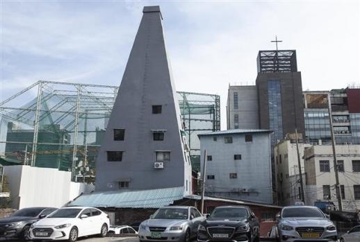 서계동 철공소거리에 피라미드를 닮은 대산빌딩이 서 있다. 1938년에 지어진 대산빌딩은 철공소로 사용되던 건물로 26m 높이의 상층부가 좁아지는 특이한 구조다. 지금은 재활용품점과 사무실로 사용 중이다.