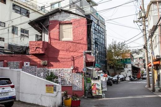 서울역에서 가까운 서계동에 게스트하우스가 들어서면서 외국인 관광객들의 명소가 된 개미수퍼. 사방 벽면에 관광객과 가게 주인이 함께 찍은 기념사진이 붙어 있다.