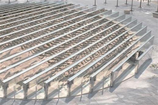 '서울은 미술관' 프로그램의 공공미술작품 1호로 설치된 '윤슬'. 지하 노천극장 안에서 특별한 공간 경험을 하도록 설계된 설치미술작품이다.