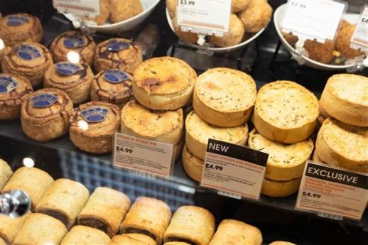 백화점 푸드코트 매대에 있는 파이들. 파이는 영국을 대표하는 음식이지만 파이전문점은 점점 사라지고 있다.