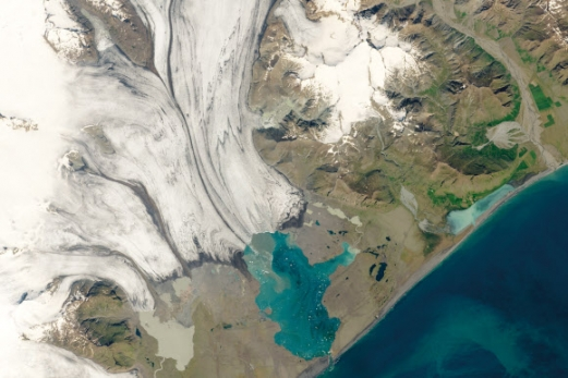 기후변화에 관한 정부 간 협의체(IPCC)가 새해를 '2050년 기후 대재앙'을 막을 수 있는 마지막 시기로 분석한 가운데 지구온난화로 인한 재앙의 전조로 평가되는 현상들이 지구 곳곳에서 나타났다. 미국 항공우주국(NASA)이 2019년 7월 2일 찍은 위성 사진에 아이슬란드 빙하가 녹아 흘러내리면서 하천을 형성한 모습이 보인다.  NASA 제공