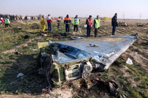 8일(현지시간) 이란의 수도 테헤란을 이륙한 직후 추락한 우크라이나 여객기의 잔해가 테헤란 외곽에 흩어져 있다. 2020.1.9  이란 국영 IRNA통신=AFP통신 연합뉴스