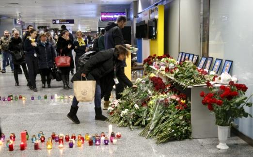 이란 테헤란 부근에서 우크라이나 항공사 소속 보잉 737-800 여객기 추락 사고가 발생한 8일(현지시간) 사고로 희생된 승무원들의 친지들이 우크라이나 키예프 외곽 보리스필 국제공항에서 추모 헌화를 하고 있다. 모두 176명을 태운 여객기는 이날 테헤란 이맘호메이니 국제공항을 떠난 직후 추락해 전원이 숨졌다.키예프 AP연합뉴스
