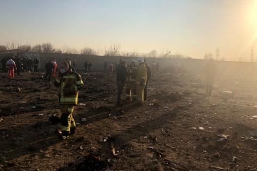 8일(현지시간) 최소 170명의 승객을 태우고 이란 수도 테헤란을 이륙한 직후 추락한 우크라이나 여객기의 잔해가 테헤란 외곽에 흩어져 있다. 테헤란 AP 연합뉴스