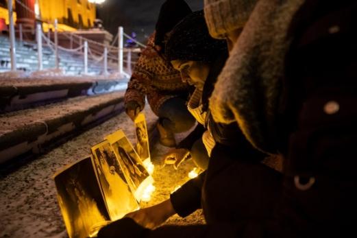 9일(현지시간) 캐나다 앨버타주의회 의사당 외부에서 전날 우크라이나항공 여객기 추락 사고로 희생된 자국민을 추모하는 이들이 촛불을 밝히고 있다. 에드먼턴 AP연합뉴스