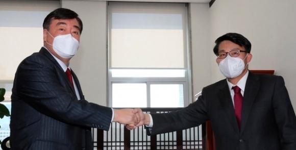 11일 윤상현(오른쪽) 국회 외교통일위원장이 서울 여의도 국회에서 싱하이밍 주한 중국대사와 만나 악수를 나누고 있다. 연합뉴스