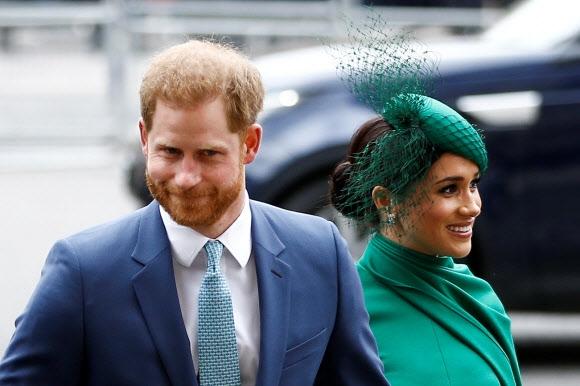 지난주 캐나다를 떠나 미국 캘리포니아주 로스앤젤레스로 돌아온 해리 영국 왕자와 메건 마클 왕자비 부부가 지난 9일(현지시간) 런던 웨스트민스터 어베이에서 진행된 연례 커먼웰스(영 연방) 추모식에 도착하고 있다. 로이터 자료사진 연합뉴스