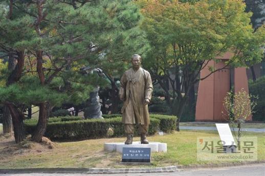 경기도 수원 올림픽공원 안에 있는 임면수 선생의 동상.