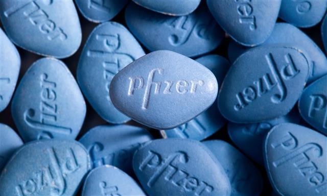 협심증과 고혈압 치료제로 개발되다가 발기부전 치료제로 바뀌어 사용되고 있는 '비아그라'로 대표적인 약물 재창출 약이다. AP 제공