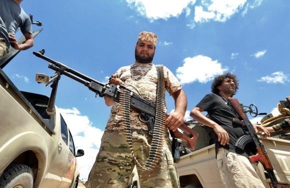 유엔의 인정을 받은 리비아통합정부(GNA) 무장 세력들이 20일(현지시간) 수도 트리폴리 근처에서 경계활동을 펴고 있다. 트리폴리 AFP 연합뉴스