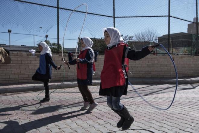 리비아 수도 트리폴리의 한 학교에서 줄넘기를 하는 학생들 모습.2017년 2월에 촬영된 사진으로 유네세프가 공개한 것이다.