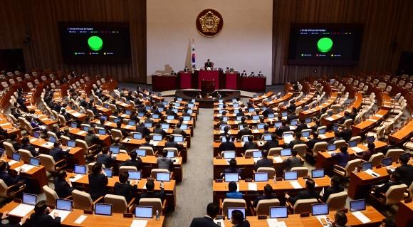 30일 국회 본회의에서 미래통합당 의원들이 퇴장한 가운데 상가건물 임대차보호법이 표결을 통해 통과되고 있다. 정연호 기자 tpgod@seoul.co.kr