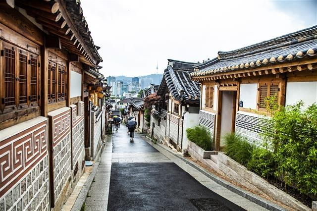 서울의 랜드마크로 자리잡은 북촌로11가길 41 한옥밀집지구. 정숙관광 도우미가 배치돼 있었다.
