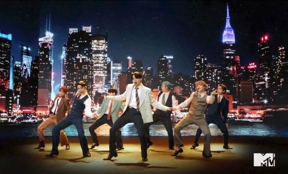 방탄소년단이 30일(현지시간) 코로나19가 확산되는 가운데 뉴욕서 열린 '2020 MTV 비디오 뮤직 어워즈(2020 MTV Video Music Awards: '2020 VMA')'에서 레트로풍 수트를 입고 뉴욕 시티를 배경으로 신곡 '다이너마이트(Dynamite)' 를 최초로 공개하고 있다. AP 연합뉴스