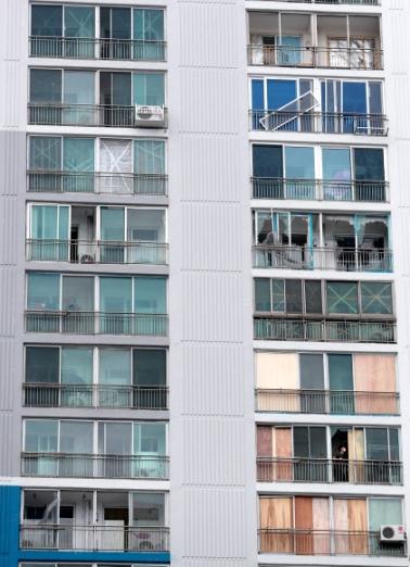 서울신문] [포토] 태풍에 깨진 창문 합판으로 응급처치