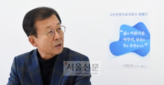 정치권 은퇴 후 사단법인 웰다잉시민운동의 대표를 맡은 원혜영 전 의원이 29일 서울 중구의 사무실에서 '아름다운 죽음'을 준비해야 하는 이유에 대해 이야기하고 있다. 오장환 기자 5zzang@seoul.co.kr