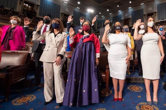 메릴린 스트릭랜드(오른쪽 세 번째) 미국 연방 하원의원이 3일 한복을 입고 등원해 동료 의원들과 기념촬영을 하고 있다. 트위터 캡처