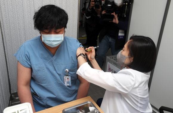 백신 접종 첫날 이상반응 총 15건…두통·발열 등