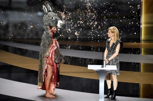 세자르상 무대에 오른 당나귀 차림의 프랑스 여배우