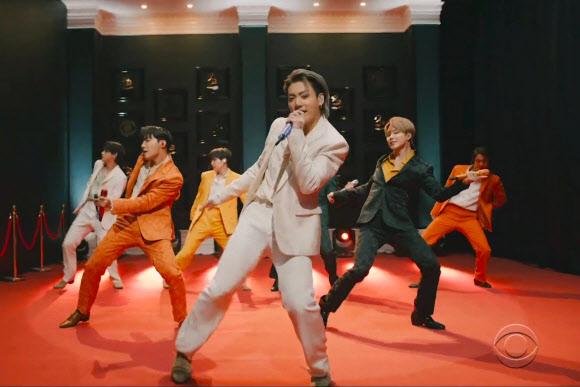 한국 가수 최초로 미 그래미 시상식 단독 무대 오른 BTS