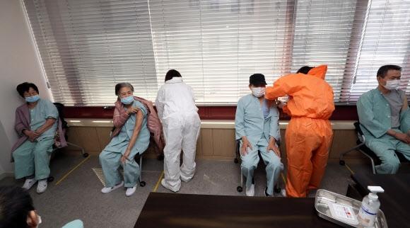65세 이상을 대상으로 아스트라제네카 백신 접종이 이뤄지는 첫날인 23일 오전 광주 북구 동행요양병원에서 환자들이 접종을 받고 있다. 광주 연합뉴스