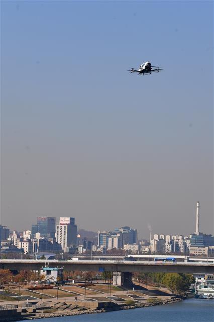 미국의 제재와 공매도 보고서 파문 등으로 세계 1위를 달리는 중국의 드론 산업이 휘청거리고 있다. 지난해 11월 서울 여의도 한강공원 물빛무대에서 열린 도심항공교통(UAM) 실증비행 행사에서 중국 이항의 2인용 드론택시 'EH216'이 한강시민공원 상공을 선회하고 있다.  서울신문 DB