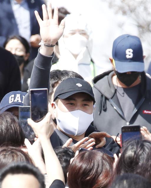 김호중, 팬들 배웅 속 오늘 입소