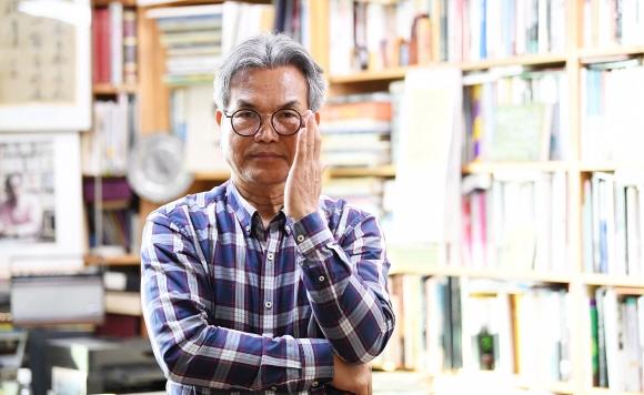 """지난 50년 동안 3000점의 미술품을 수집한 문웅 인영기업 대표는 """"예술품은 돈이 된다""""고 힘주어 말한다. 다만 좋은 예술품을 고를 줄 아는 안목이 우선해야 하며, 이런 안목을 기르려면 예술품을 사랑하고 공부를 열심히 하라고 조언했다. 사진 오장환 기자 5zzang@seoul.co.kr"""