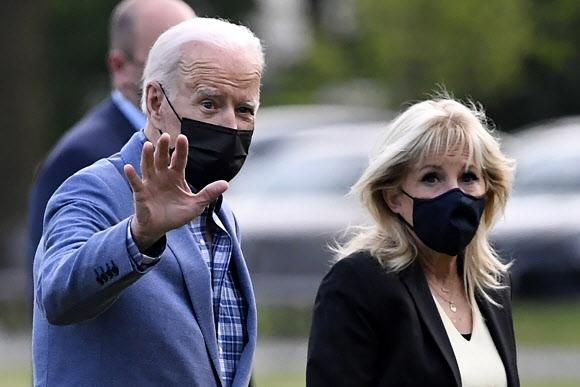 상원의원 시절 지역구인 델라웨어주 윌밍턴에서 주말을 보낸 조 바이든(왼쪽) 미국 대통령과 부인 질 바이든이 25일(현지시간) 워싱턴DC에 도착, 백악관으로 가면서 취재진에게 손을 흔들고 있다. 워싱턴DC EPA 연합뉴스