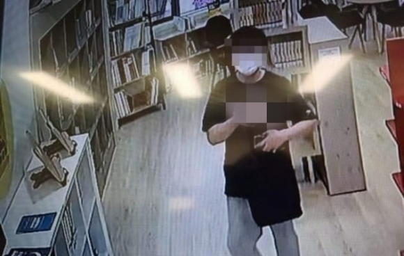 '아파트 도서관 음란행위' 20대, 보도·수사 압박 느껴 자수
