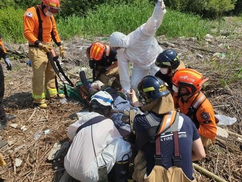 4일 오전 경기 고양시 일산동구 장항습지 입구 부근에서 지뢰 추정 폭발 사고가 나 소방 당국이 구조 중이다. 일산소방서 제공.