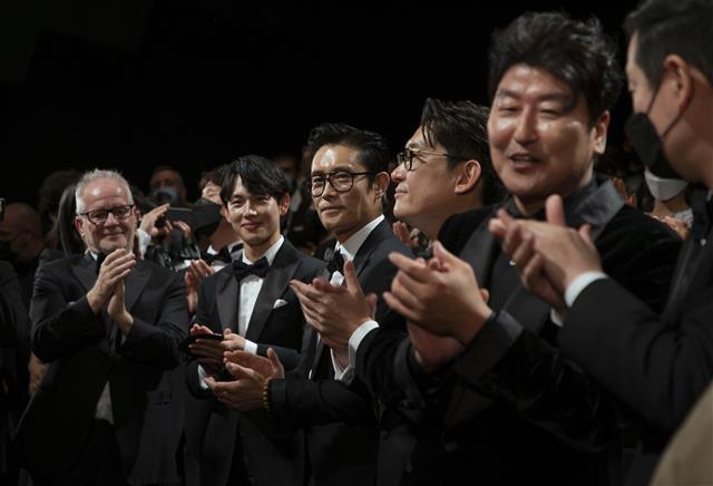 칸영화제 '비상선언'에 기립박수치는 송강호?이병헌?임시완