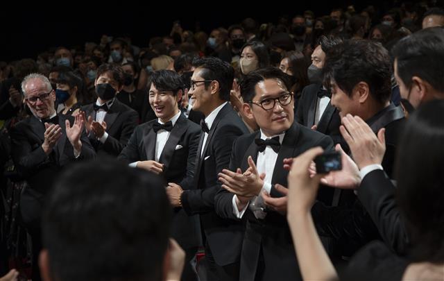 '비상선언' 공식 상영 후, 관객들 일제 기립박수