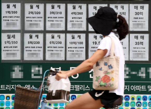 임대차법 1년, 월세 비중 28→35%로 껑충 지난해 7월 31일 새 임대차보호법 도입 이후 아파트 전세는 줄어든 반면 월세는 큰 폭으로 늘었다. 1일 서울부동산정보광장에 따르면 계약갱신청구권제와 전월세상한제가 시행된 지난해 8월부터 지난달까지 1년간 서울 아파트 월세 거래는 전체 임대차 거래의 34.9%(117만 6163건)를 차지했다. 법 시행 직전 1년(지지난해 8월∼지난해 7월)의 월세 비중(28.1%) 대비 6.8% 포인트 증가했다. 사진은 1일 서울 송파구 한 부동산중개소에 월세 매물 정보가 붙어 있는 모습.  연합뉴스