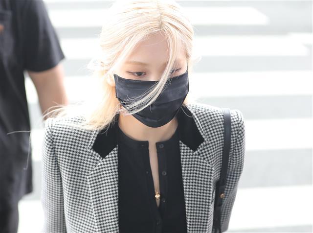 파리 패션위크 향하는 블랙핑크 로제