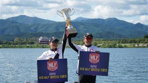지난달 MLF 최종 한국 대표로 선발된 조현동 프로(왼쪽)와 강병호 프로가 트로피를 함께 들어 올리며 기념 촬영하는 모습.  MLF 코리아 제공