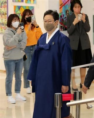 한복 입고 행사장 들어오는 황희 문체부 장관